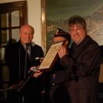 Il Prefetto Dott. Franco Malvano consegna a Iacentino il Diploma di Merito dell'Associazione Nazionale della Polizia di Stato