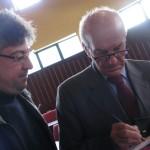Iacentino consegna all'on.Fausto Bertinotti il DVD del concerto dedicato all'Associazione Nazionale Polizia di Stato